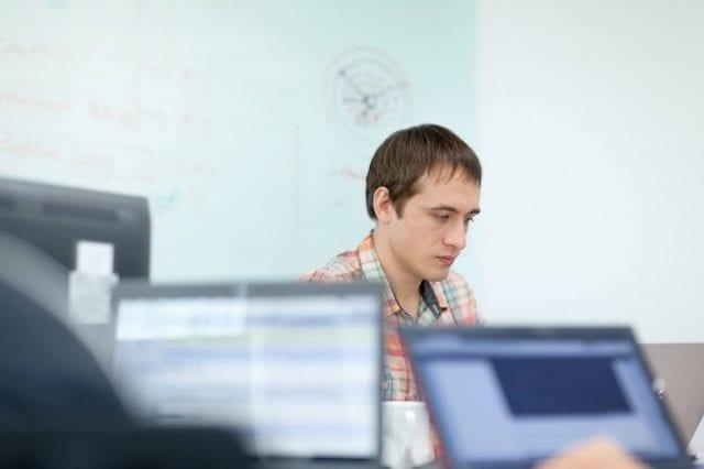 Een software engineer aan het werk