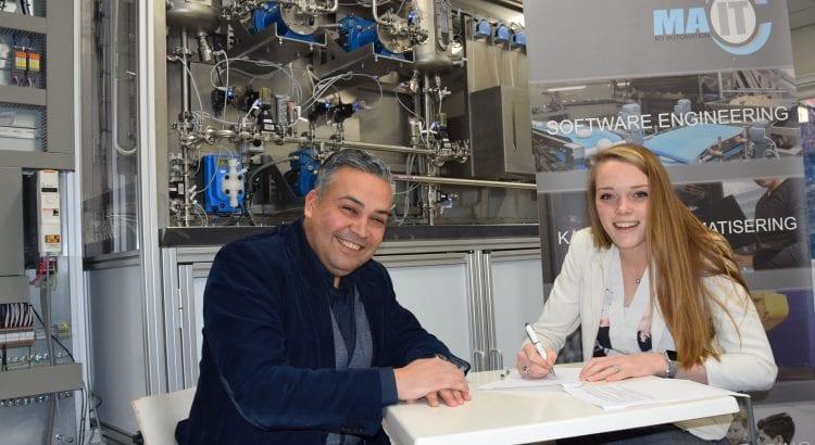 Maud van Loon en Fabian Grootfaam tekenen namens MA-IT en Ingenium Cabo Bianci een partnerovereenkomst