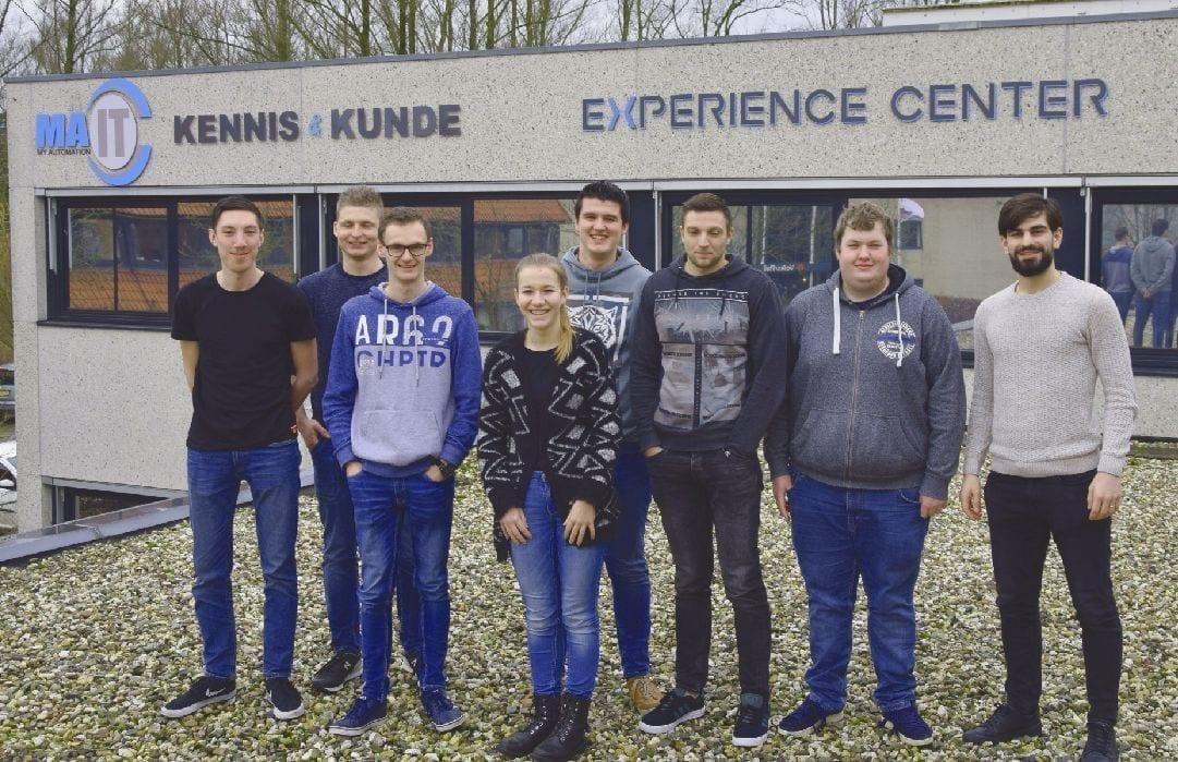 Groep afstuderende studenten begint bij ons Experience Center
