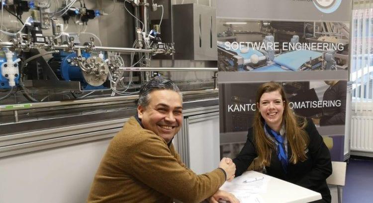 Fabian Grootfaam en Ilse Eijkelkamp tekenen de hoofdpartnerovereenkomst 2020