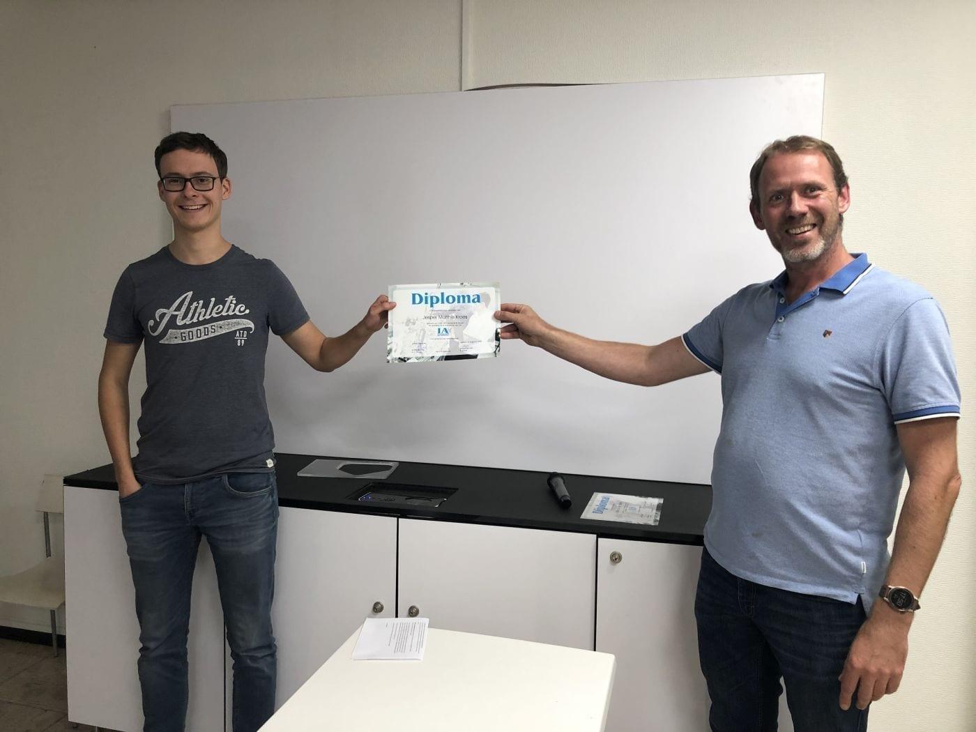 Jesper Kroes ontvangt IA Professionals diploma